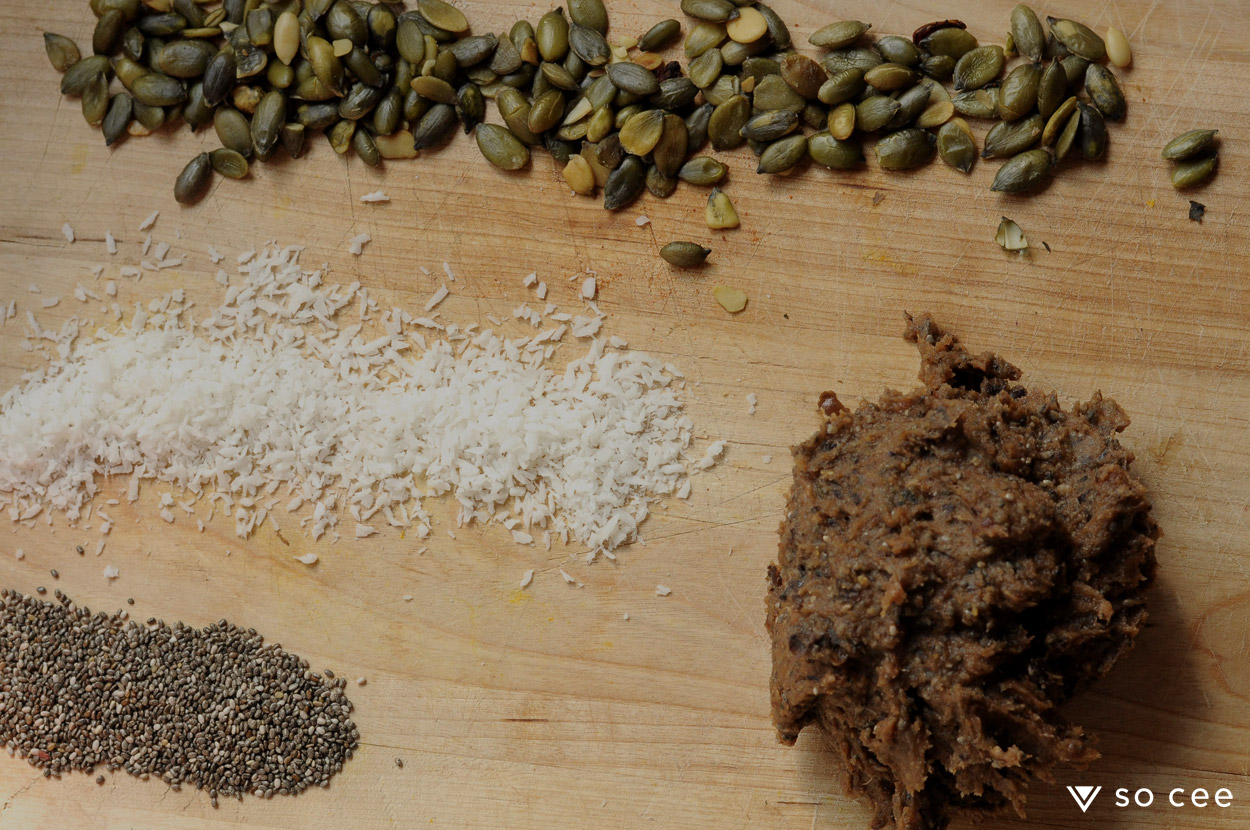 so-cee-carmen-heystek-lifestyle-blog-food-recept-gezond-glutenvrij-glutenfree-sugarfree-lactose-vrij-taart-bakken-dadels-snack-pompoenpit-afvallen-coach-4