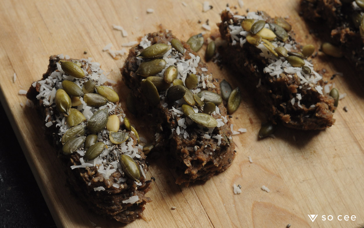 so-cee-carmen-heystek-lifestyle-blog-food-recept-gezond-glutenvrij-glutenfree-sugarfree-lactose-vrij-taart-bakken-dadels-snack-pompoenpit-afvallen-coach-5
